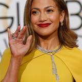200 Karat baumeln hier bei den Golden Globes 2106 an Jennifer Lopez. Ohrringe, Kette, Armband und zwei Ringe - alles aus Diamanten - stammt vom Juwelier Harry Winston. Natürlich alles nur eine Leihgabe.