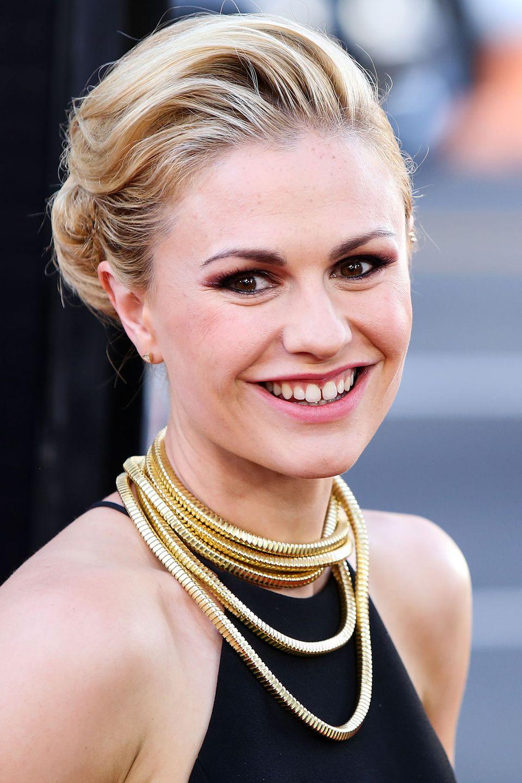 """Anna Paquins überlange, mehrfach um ihren Hals geschwungene Goldkette ist der Hingucker bei Premiere der siebten """"True Blood""""-Staffel in Hollywood."""