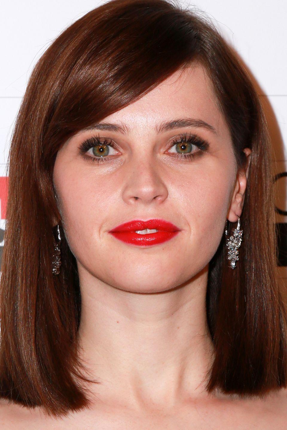 Die tropfenförmigen, mit Diamanten besetzten Ohrhänger von Felicity Jones verleihen ihrem eleganten Make-up-Look den letzten Schliff.
