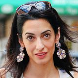 Ganz schön schwer sehen Amal Clooneys Strassstein-Ohrringe im Blüten-Look aus, dafür aber auch richtig schön sommerlich.