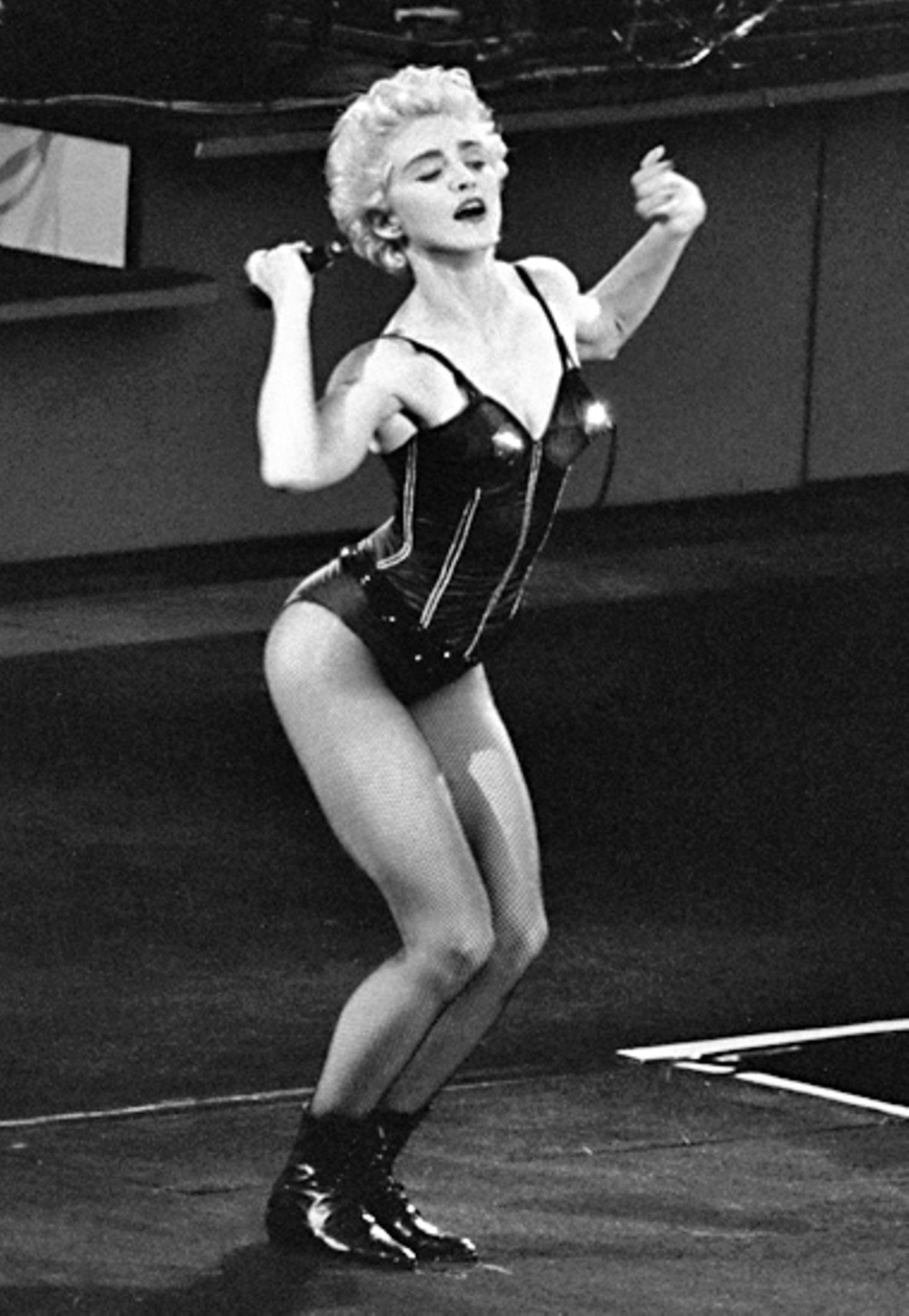 """Ein typischer Madonna-Move, ein typisches Outfit für 1987, als sie auf ihrer """"Who's That Girl""""-Welttournee die Stadien füllte."""