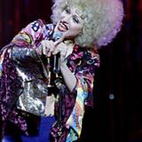 """Schlager-Move-Feeling 1993: Bei ihrer Tournee """"The Girlie Show"""" macht Madonna auch vor blonden Afro-Perücken keinen Halt."""