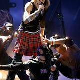 Schotten-Rock im doppelten Sinne: Madonna gibt sich auf der Drowned World Tour etwas härter und unweiblicher.