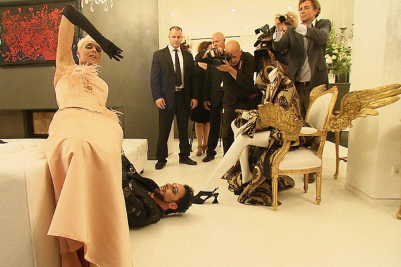 Glückstag für Fotografen: Mit Brigitte Nielsen und Harald Glööckler haben sie gleich zwei beliebte Motive in lasziver Pose vor d