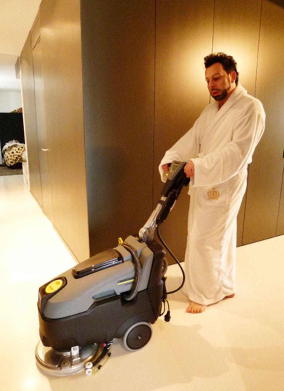 Nach einer Party nimmt Harald Glööckler schon mal selbst die Bohnermaschine in die Hand.