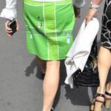 """Die Damen auf dem Platz glänzen modisch eher durch sehr kurze weiße Röcke. Denn auf dem """"heiligen Rasen"""" schreibt das Regelbuch"""