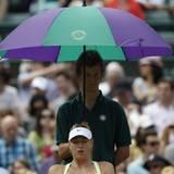 Der junge Mann im Hintergrund sorgte in der Spielpause bei Maria Sharapova für einen einigermaßen kühlen Kopf.