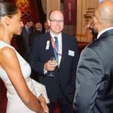 Auch Fürst Albert ist im Buckingham Palace dabei.