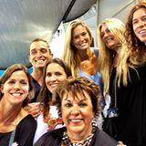 Auch Model Bar Refaeli verfolgt das Rennen und twittert anschließend ein Bild von sich mit der Familie von Michael Phelps.
