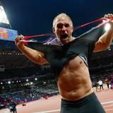 7. August 2012: Der Diskuswerfer Robert Harting hat sich seinen Lebenstraum erfüllt und Olympia-Gold gewonnen. Vor Freude über d