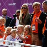 Die niederländische Prinzenfamilie fiebert beim Radrennen der Frauen mit: Prinzessin Máxima und Prinz Willem-Alexander mit ihren