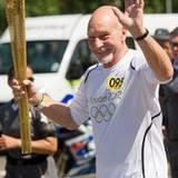 """Star Trek""-Kapitän Patrick Stewart trägt die Olympiafackel nach London."