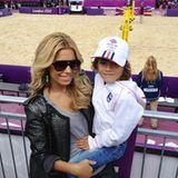 Sylvie van der Vaart ist Olympia begeistert und guckt sich mit Sohn Damian die Beach Volleyballspiele an.