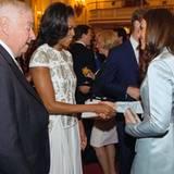 First Lady Michelle Obama und U.S. Botschafter Louis Susman triffen beim Empfang im Buckingham Palast Herzogin Catherine.