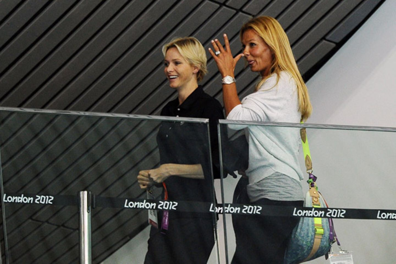 Fürstin Charlène und Franziska van Almsick sind im Aquatics Center unterwegs. Aber wem streckt die Ex-Schwimmerin denn da die Zu