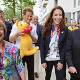 Prinz Harry und Herzogin Catherine besuchen das Lager der britischen Athleten im Oylmpia Dorf. Dabei wird ihnen das Känguru-Mask