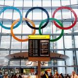 Auch am Flughafen Heathrow herrscht olympische Stimmung: Im Terminal Five hängen die olympischen Ringe über der Ankunftshalle.