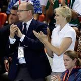 Fürst Albert und Fürstin Charlène schauen sich die Schwimmwettkämpfe im Aquatics Centre an.