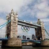 London versprüht olympisches Flair: Gut sichtbar hängen die fünf olympischen Ringe an der weltberühmten Tower Bridge.