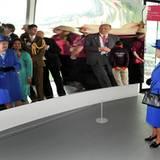 Bei der Besichtigung des Olympia Parks führt Londons Bürgermeister Boris Johnson die Queen durch eine Spiegelgalerie.