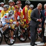 Auf die Plätze, fertig, los! Prinz Charles und Herzogin Camilla interessieren sich für das Radrennen.