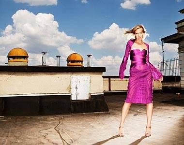Raffiniert drapiertes Seidenkleid mit plissierten Trompeten- ärmeln. Von Gucci, ca. 3050 Euro. Stilettos: Philosophy di Alberta