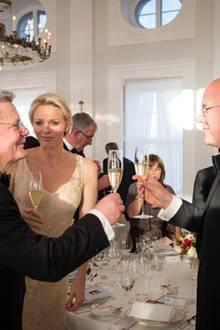 Bundespräsident Joachim Gauck und Fürst Albert stoßen auf die deutsch-monegassische Freundschaft an.