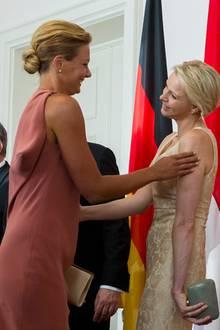 Franziska van Almsick und Fürstin Charlène begrüßen sich herzlich.