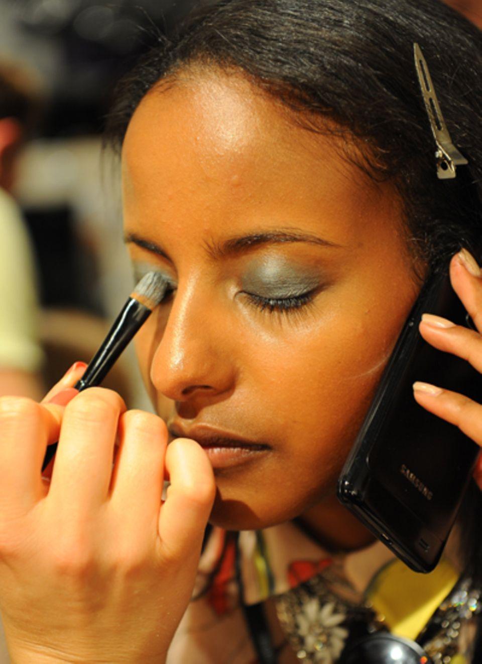 Topmodel Sarah Nuru bekommt bei der Laurel-Präsentation von Maybelline ein Augen-make-up in Silbertönen.