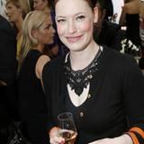 Enie van de Meiklokjes genießt ihren Pommery Champagner.