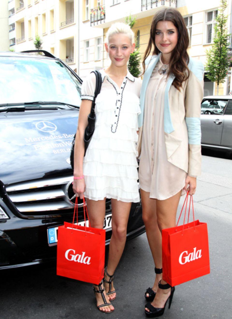 Mandy Bork und Marie Nasemann freuen sich über ihr Goodie-Bag.
