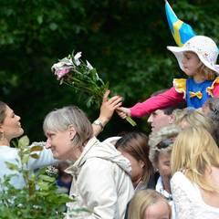 Prinzessin Victoria bekommt Blumen von Jung und Alt, Groß und Klein ...