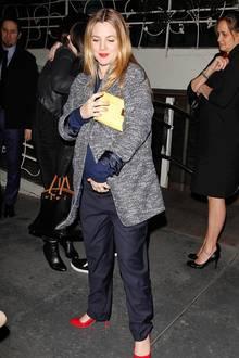 Drew Barrymore weiß, wie man farbliche Akzente setzt. Zum blau-grauen Outfit trägt sie rote Pumps und die hellgelbe Clutch.