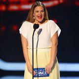Bei den People's Choice Awards in L.A. zeigt sich Drew Barrymore in einem frühlingshaften Stretch-T-Shirt-Kleid mit schwingendem Micro-Plissé-Rock von Vionnet.
