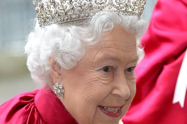 """Beim """"Order of the Bath""""-Gottesdienst in der Kathedrale von Westminster hat Queen Elizabeth im Mai 2014 nicht nur das prachtvolle und sehr schwere Ordensgewand angelegt. Sie trägt auch die sogenannte """"The Girls of Great Britain and Ireland""""-Tiara.   Queen Mary, die Großmutter der heutigen Königin, bekam das mit Diamanten besetzte Schmuckstück 1893 zur Hochzeit und gab es 1947 an ihre Enkelin weiter, ebenfalls als ein Hochzeitsgeschenk."""