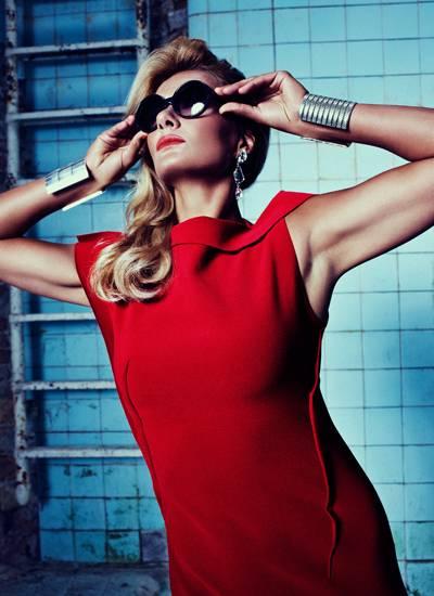 Elegante Lady, starke Ansichten: Franziska van Almsick beim Shooting in einer Berliner Schwimmhalle. Rotes Wollkleid:Lanvin.