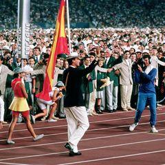Prinz Felipe  1992 finden die Olympischen Spiele in Barcelona statt. Spaniens Thronfolger, als Mitglied der Segelmannschaft, hat die Ehre, die Fahne seines Heimatlandes ins Stadion zu tragen. Bei den Wettkämpfen erreichte er einen sechsten Platz.