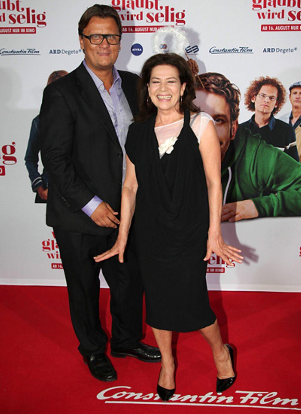"""Wer's glaubt wird selig: Hannelore Elsner spielt in dem Film die Rolle der """"Daisy"""". Hier ist sie an der Seite von Torsten Koch v"""