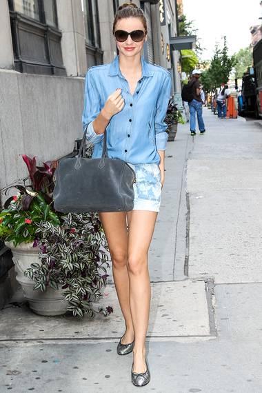 Cool wie sonst keine kombiniert Miranda zwei Jeansteile zu einem Outfit. Die Bluse mit lockerem Schnitt trägt sie zu Hotpants, die ihre Endlosbeine betonen.