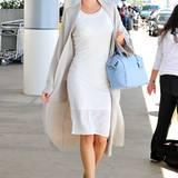 """Miranda Kerr reist am liebsten im bequemen """"Easy Summer Chic"""" mit gedeckten Töne und pastelligem Eyecatcher."""