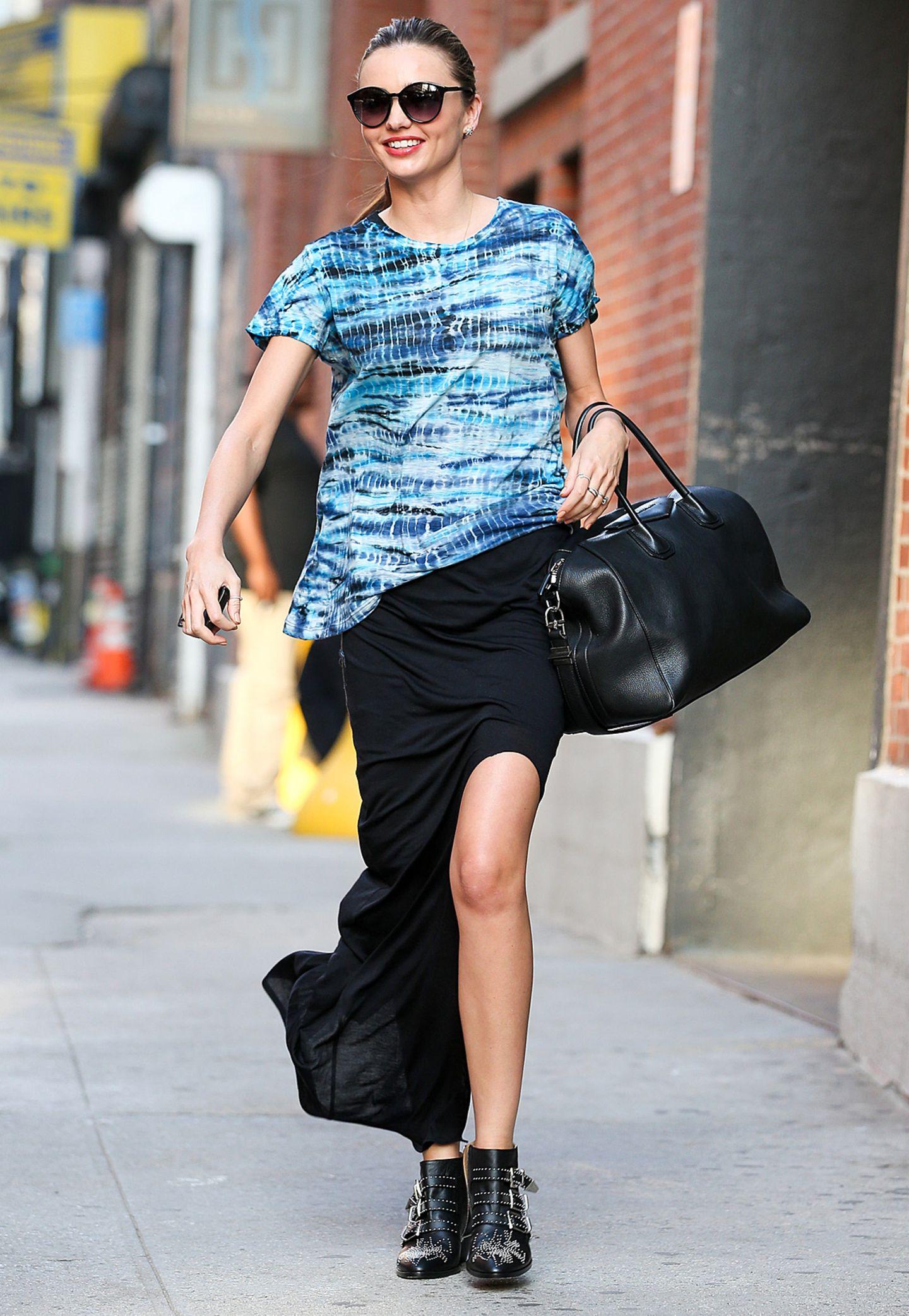 Trendige Isabel Marant-Boots, ein bodenlanger Jersey-Rock und das blaue Shirt mit Batik-Druck bringen Miranda Kerr - und uns - zum Strahlen.