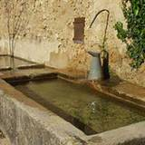 An den Schlossmauern befinden sich kleine Wasserauffangbecken.