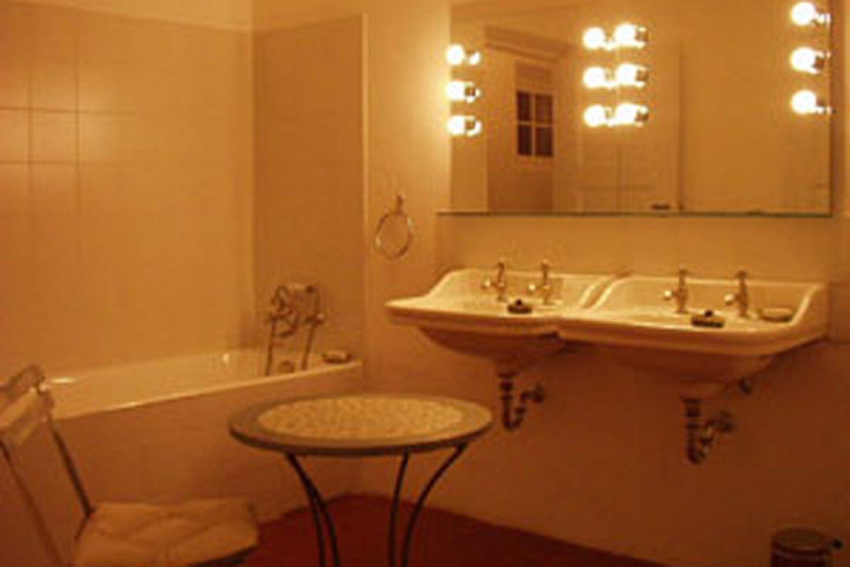 Das Badezimmer glänzt in Weiß und ist einfach, aber stilvoll.