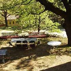 Das Grundstück biete viele Rückzugsorte und Plätze zum Entspannen.