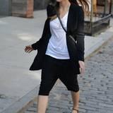 Casual Chic: Für einen Spaziergang durch Soho reichen Jessica T-Shirt und Blazer. Die knallrote Sonnenbrille gibt dem schlichten Outfit aber das besondere Etwas.