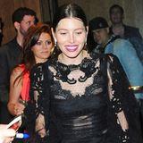 Dinner mit Durchsicht: Ein absoluter Hingucker ist Jessica Biels transparentes Spitzenkleid von Dolce & Gabbana, das sie beim Abendessen mit Justin Timberlake in New York trägt.