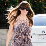 In einem Stella McCartney-Kleid mit Blumenprint und leuchtend orangener Handtasche sieht die Ehefrau von Justin Timberlake einfach super aus.