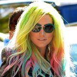 Kesha hatte wohl genug von für sie fast langweiligen Blond, und geht beim Färben gleich ins andere Extrem: Regenbogenfarben