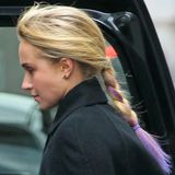 Schauspielerin Hayden Panettiere peppt ihr blondes Haar mit gefärbten Spitzen in leuchtendem Lila auf.