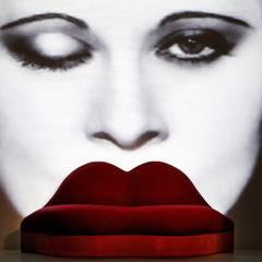 Sitzkunst: Salvador Dalí kreierte dieses Riesen-Lippen-Sofa aus rotem Samt, inspiriert von Mae West, der Sexbombe der Dreißigerj